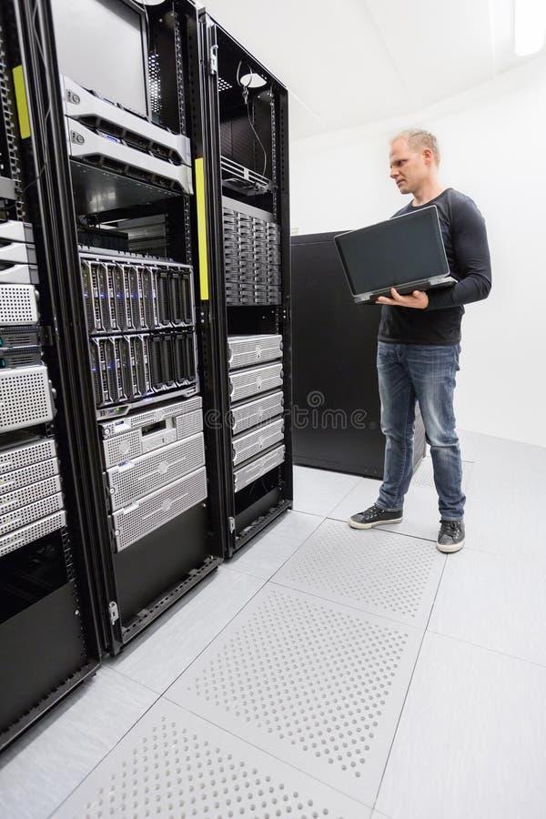 Оно проектирует системы монитора в datacenter стоковая фотография rf