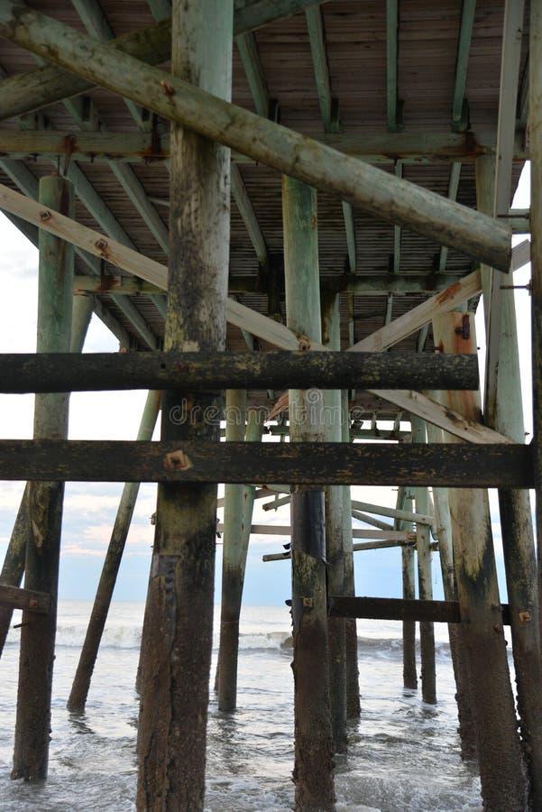 Оно ` s другой мир под пристанью рыбной ловли пляжа стоковые изображения rf