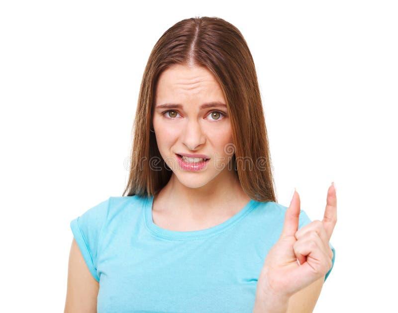 Оно ` s к малому! Смешная молодая женщина показывая что-то крошечное стоковая фотография rf