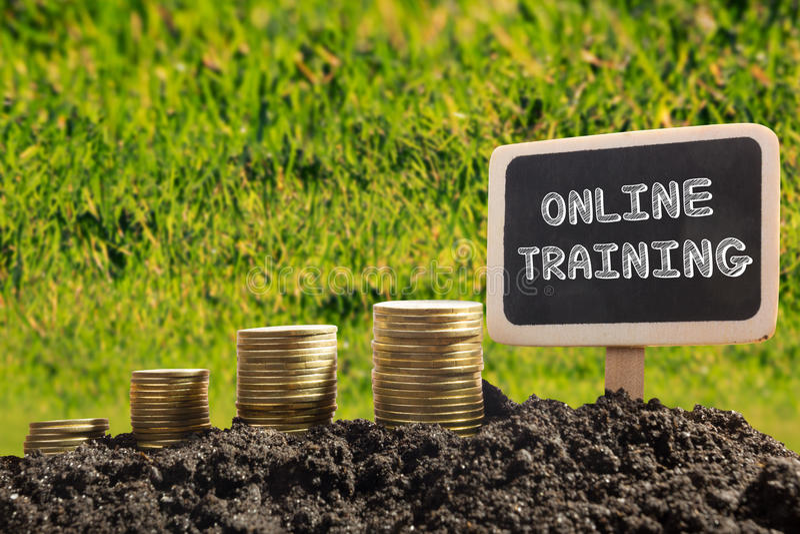 Онлайн обучение Финансовая концепция возможности Золотые монетки в доске почвы на запачканной городской предпосылке стоковое фото rf