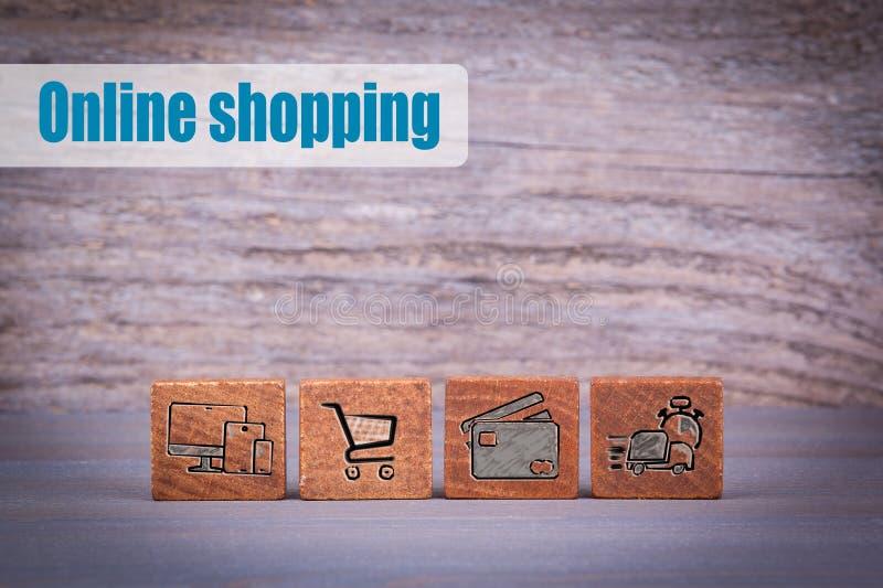 Он-лайн принципиальная схема покупкы Деревянные объекты на темной текстурированной предпосылке стоковые изображения rf