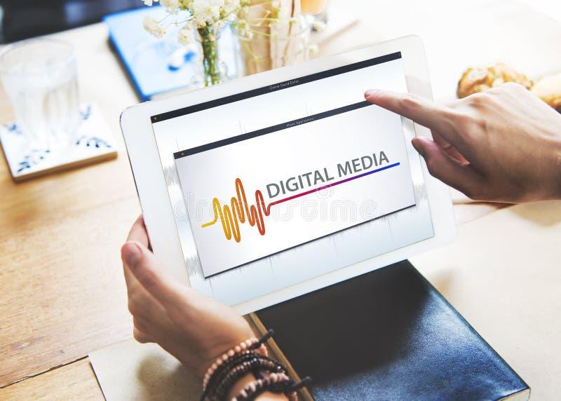 Онлайн развлечения мультимедиа музыки звучат концепция стоковые изображения