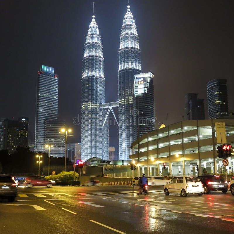 Он взгляд ночи Башен Близнецы Petronas в центре города KLCC стоковое изображение