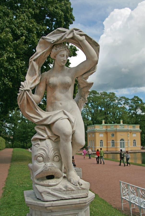 Он скульптура в парке Катрина, ST Galatea ПЕТЕРБУРГ, TSARSKOYE SELO, РОССИЯ стоковые изображения rf