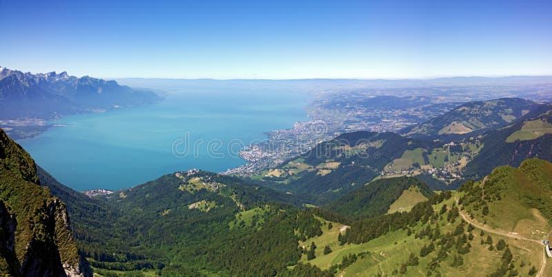 Он Rochers de Naye гора швейцарских Альпов, обозревая женевское озеро стоковые изображения rf
