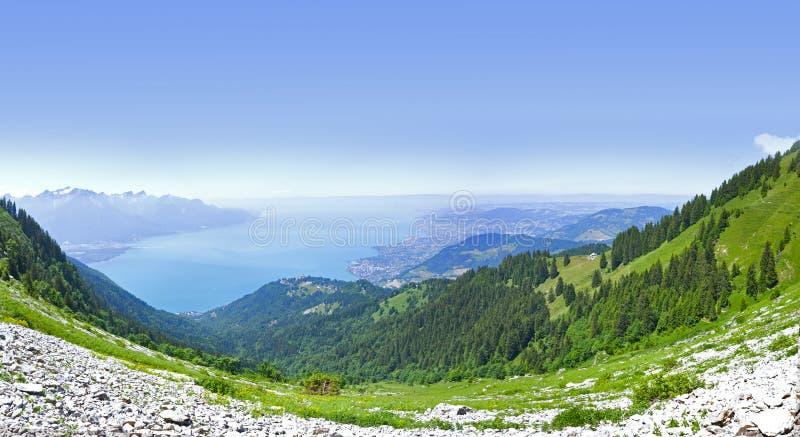 Он Rochers de Naye гора швейцарских Альпов, обозревая женевское озеро стоковое изображение