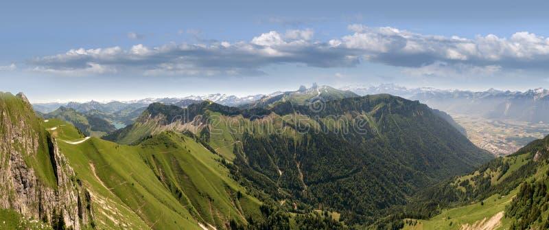 Он Rochers de Naye гора швейцарских Альпов, обозревая женевское озеро стоковая фотография rf