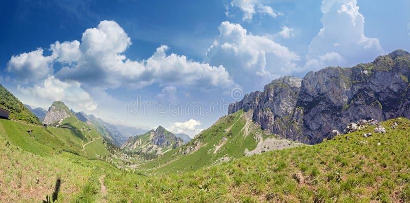 Он Rochers de Naye гора швейцарских Альпов, обозревая женевское озеро стоковые изображения