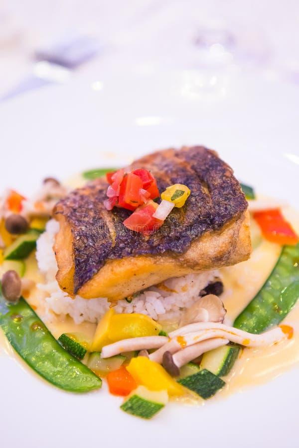 Опаленный морской окунь с овощами ризотто стоковые фотографии rf