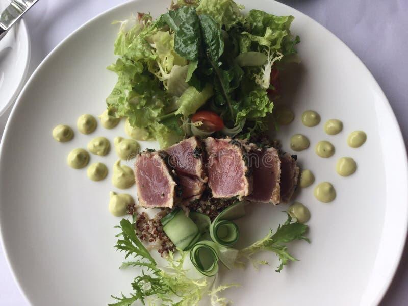 Опаленный салат тунца Ahi с касанием сливк авокадоа стоковое изображение rf