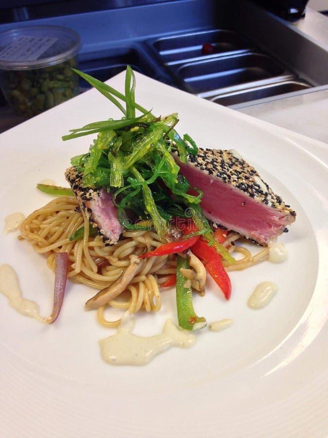 Опаленный тунец шевелит Udon соуса Wasabi картофеля фри стоковое фото rf