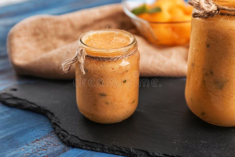 Опарникы вкусного smoothie дыни на деревянном столе стоковые фото