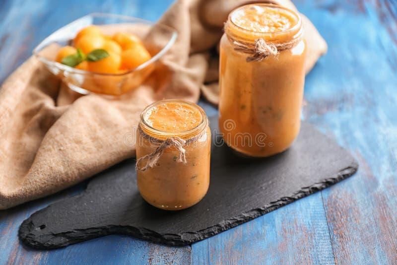 Опарникы вкусного smoothie дыни на деревянном столе стоковая фотография rf