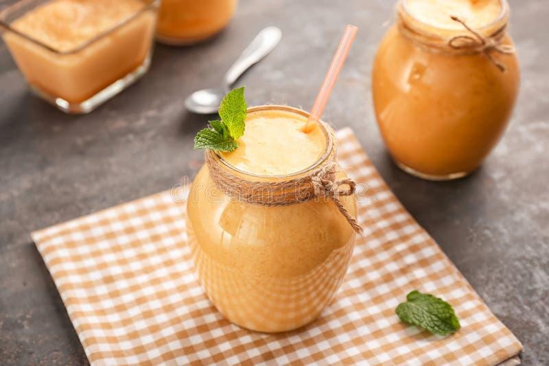 Опарникы вкусного smoothie дыни на таблице стоковые изображения rf