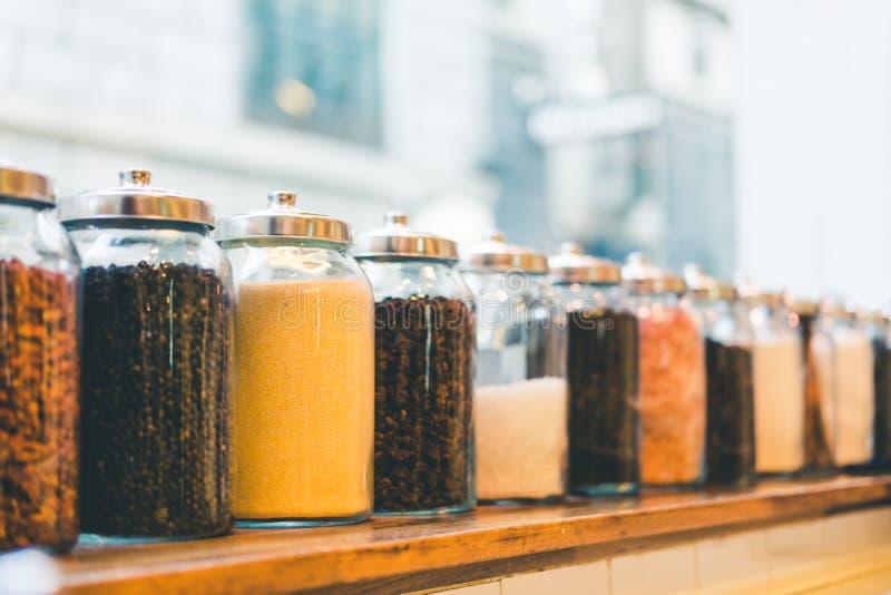 Опарникы кофейных зерен, растворимого кофе, сахара, и ингридиентов в винтажном тоне, влиянии глубины поля, с космосом экземпляра стоковое изображение