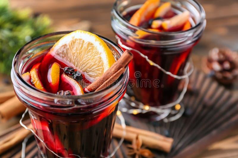 Опарникы очень вкусного обдумыванного вина на деревянной доске стоковые фото