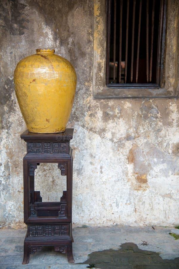 Опарникы рисового вина традиционного китайского для заквашивания ликера на винтажном tabel на Таиланде, старом опарнике стоковое фото rf