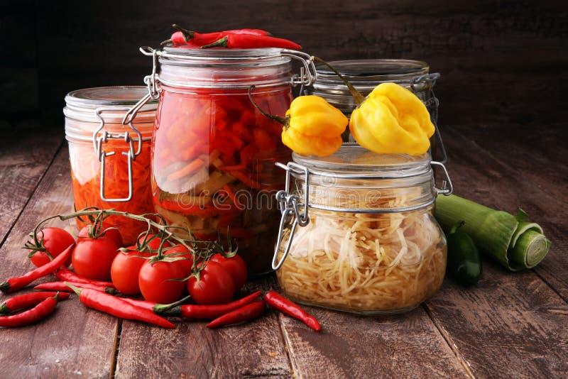 Опарникы с разнообразием замаринованных овощей сохраненная еда стоковое изображение rf