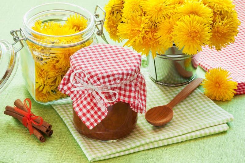 Опарник варенья, циннамона и blowball одуванчика цветет стоковая фотография