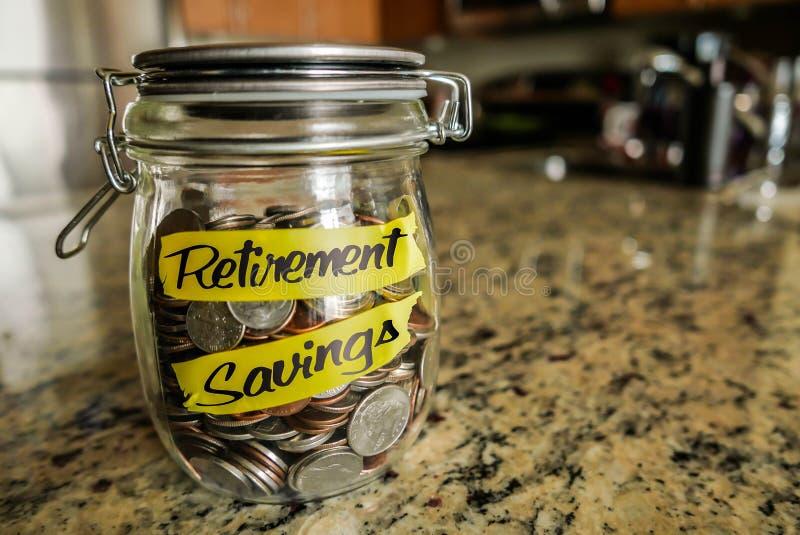Опарник денег сбережений выхода на пенсию стоковая фотография