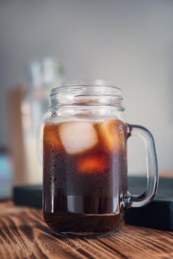 Опарник каменщика с холодными кофе и льдом brew стоковые изображения