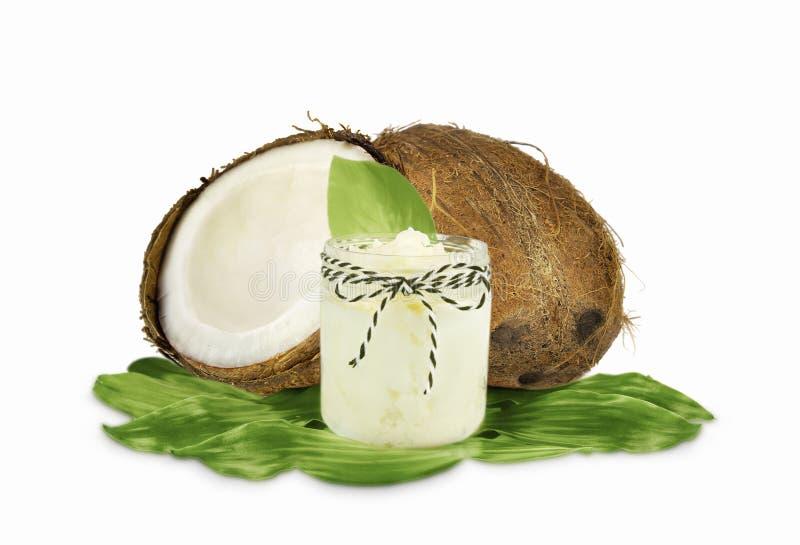 Опарник кокосового масла и свежих кокосов изолированных на белизне стоковые фотографии rf