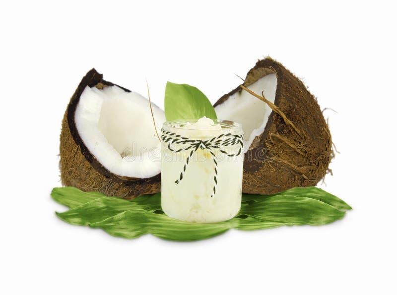 Опарник кокосового масла и свежих кокосов изолированных на белой предпосылке стоковая фотография rf