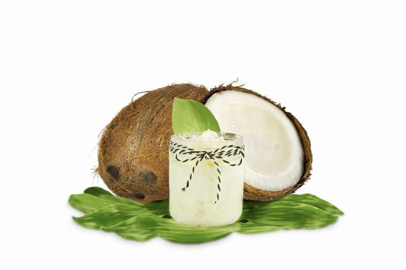 Опарник кокосового масла и свежих кокосов стоковая фотография