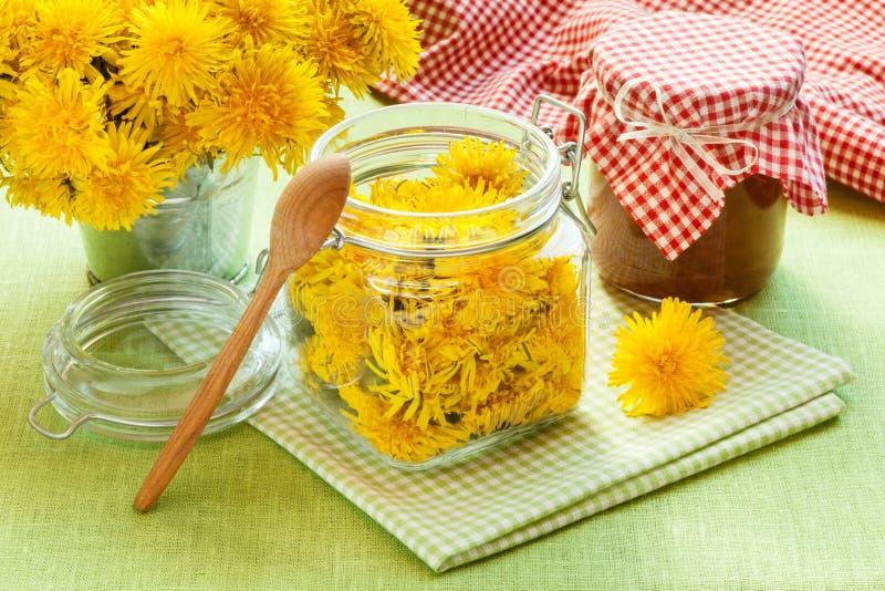 Опарник одуванчика, варенья blowball и цветков стоковое изображение
