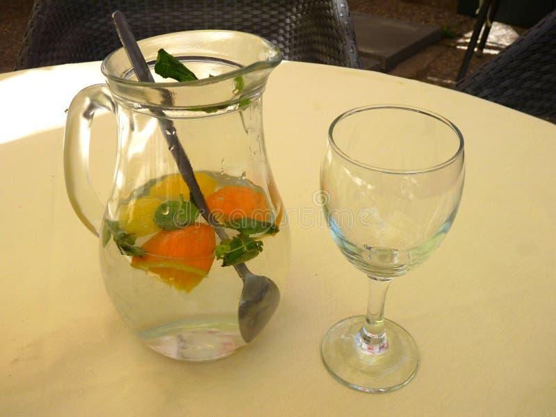 Опарник свежей холодной воды с апельсином стоковые фото