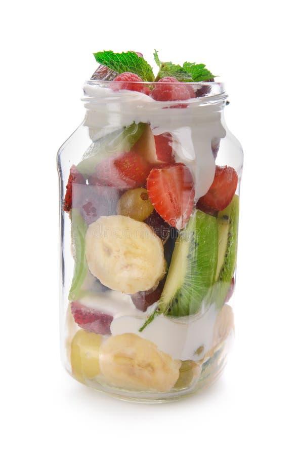 Опарник с очень вкусным фруктовым салатом и сливк на белой предпосылке стоковые фото