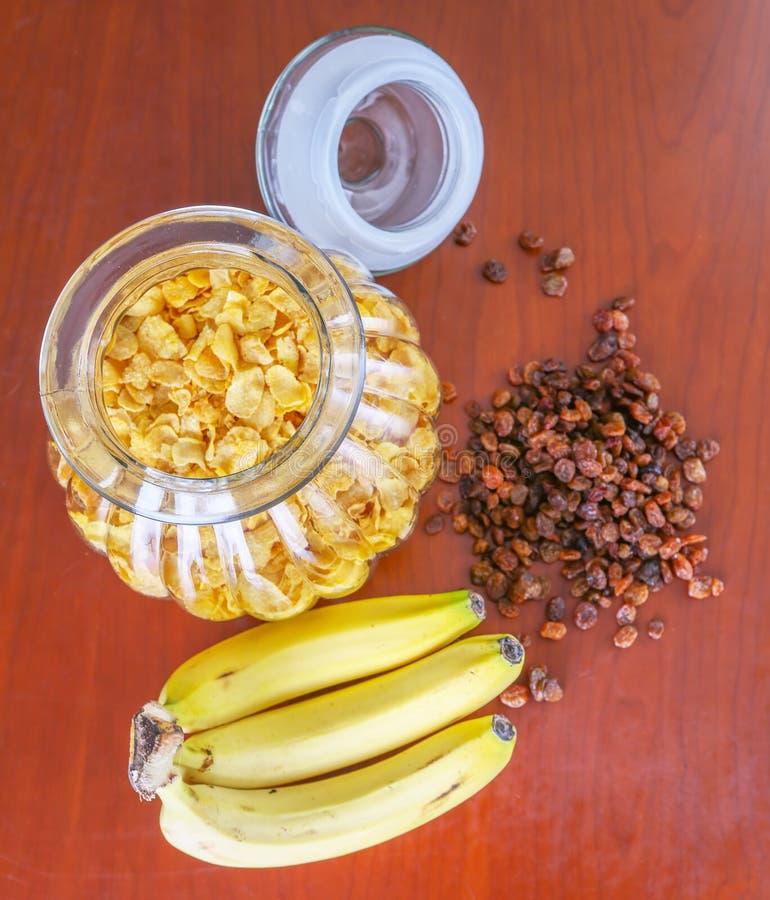 Опарник хлопьев, изюминки и банана i стоковая фотография rf