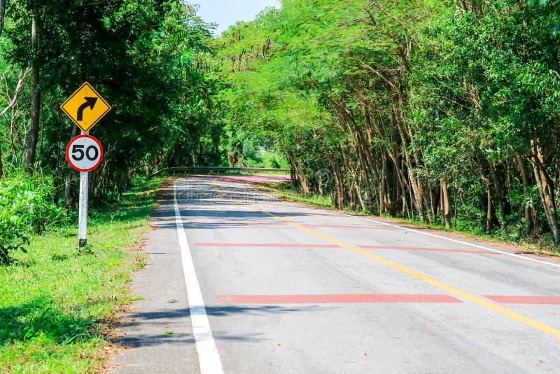 Опасная кривая на проезжей части в которой водители не могут увидеть причаливая движение стоковое фото rf