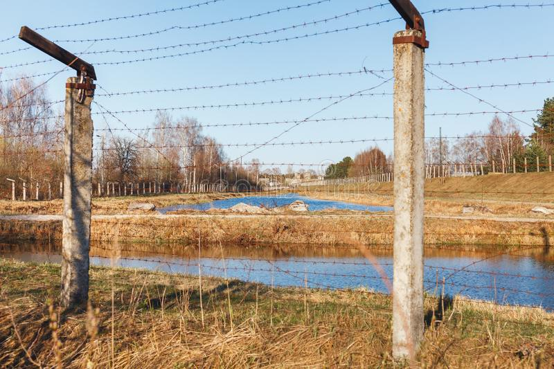 Опасная область ограженная с загородкой колючей проволоки стоковое фото rf