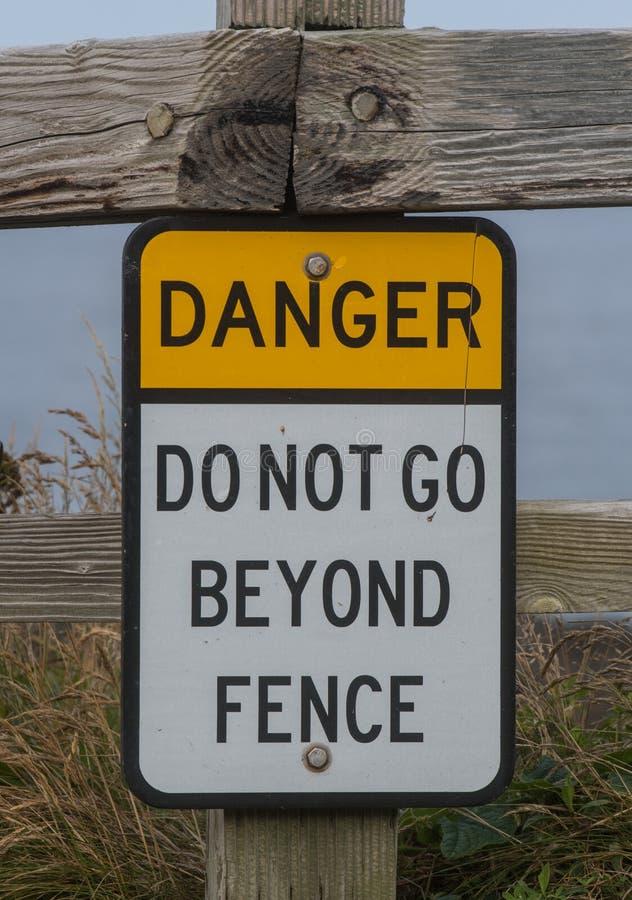 Опасность не идет за знаком загородки стоковое фото rf