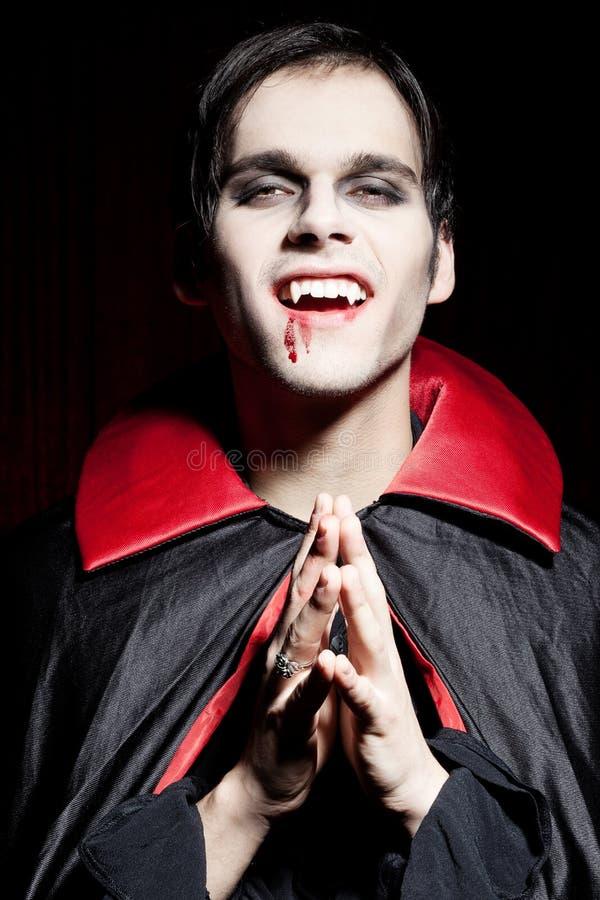 опасный мыжской вампир усмешки стоковое изображение rf