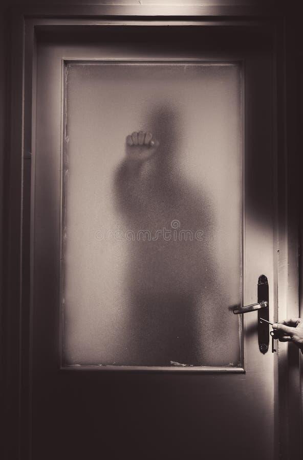 Опасный незнакомец за дверью стоковые изображения