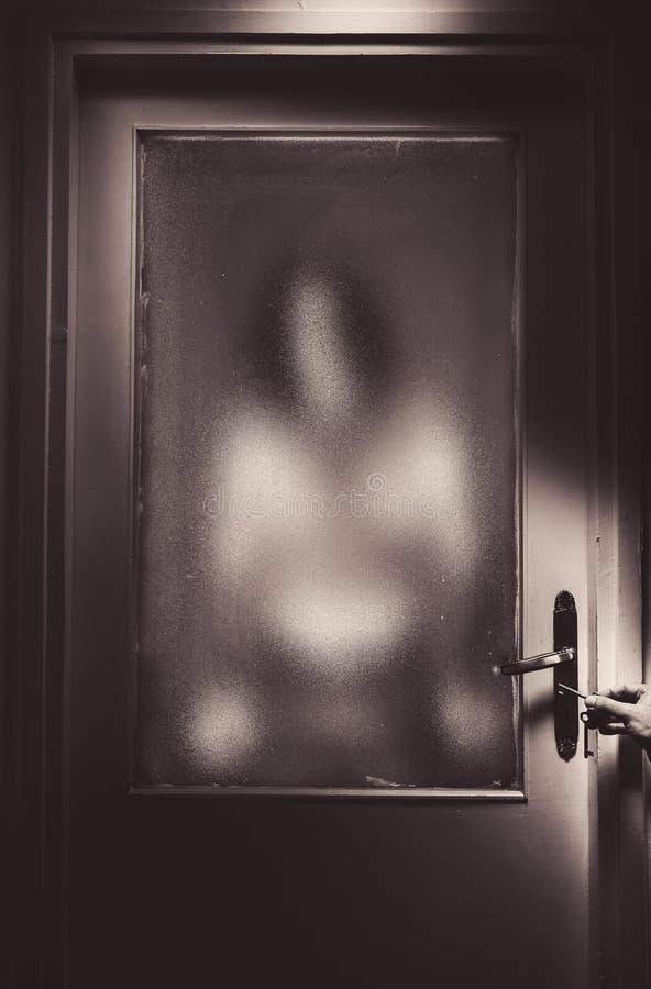 Опасный незнакомец за дверью стоковое изображение rf