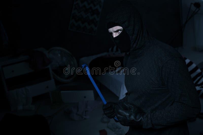 Опасный похититель с разрушая баром стоковые фотографии rf
