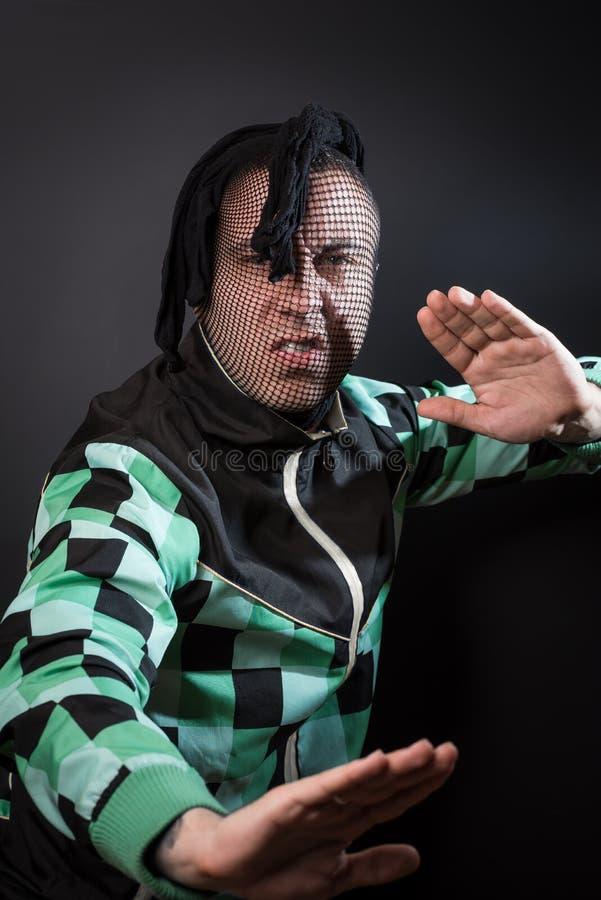 Опасный преступник сердит и готов воевать стоковая фотография