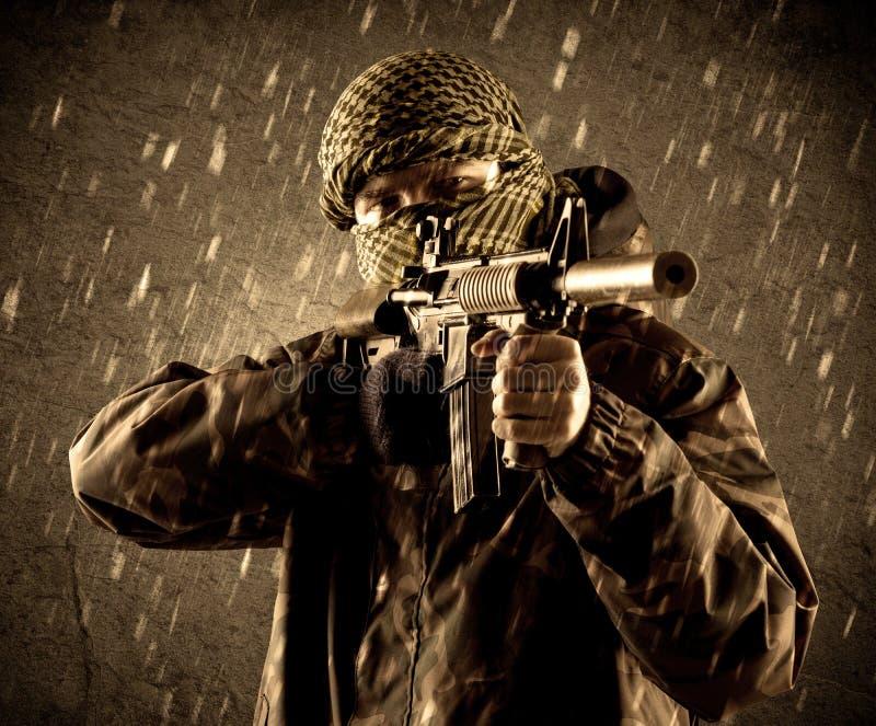 Опасный сильно вооруженный солдат террориста с маской на grungy Ра стоковая фотография rf