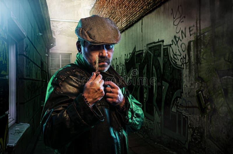 Опасный человек держа нож стоковая фотография rf