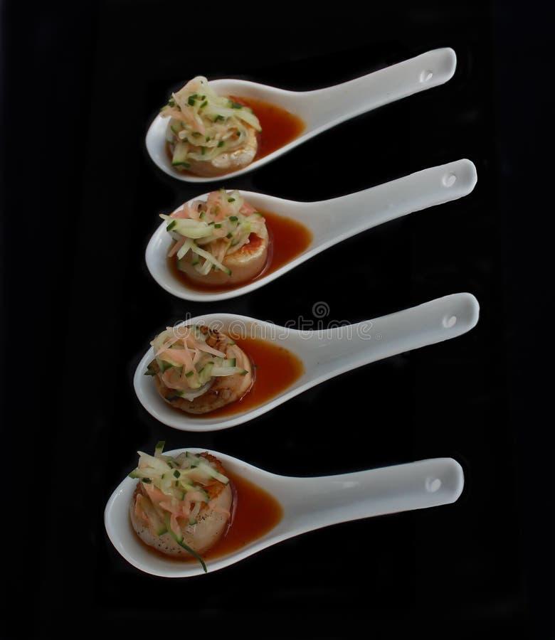 Опаленные ложки дегустации стартера закуски scallops стоковые изображения rf