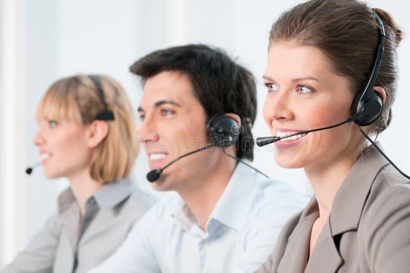 операторы центра телефонного обслуживания счастливые стоковые фото