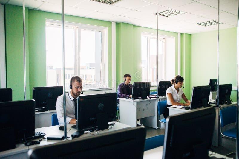 Операторы центра телефонного обслуживания на работе стоковые изображения rf