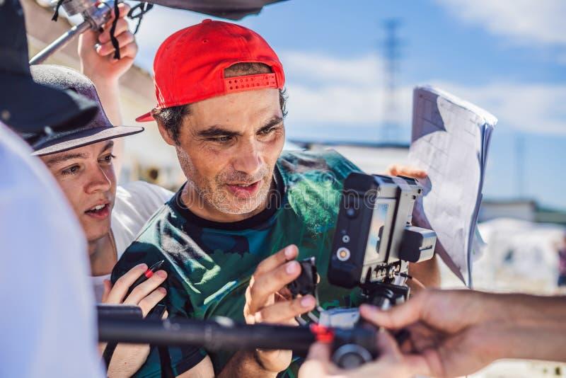 Оператор, директор и dp камеры обсуждают процесс коммерчески видео- всхода стоковые изображения