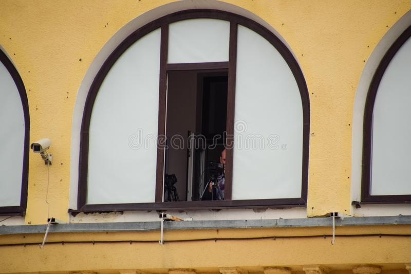 Оператор из окна записывает видео стоковое фото