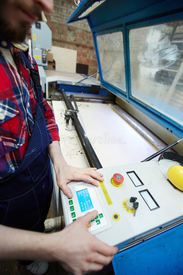 Оператор машины в фабрике стоковое изображение