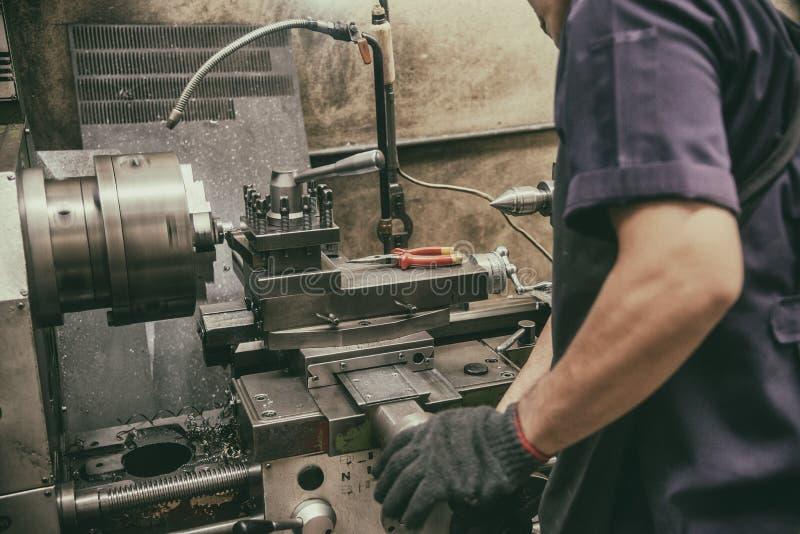 Оператор навыка работая с машиной токарного станка в винтажной сцене стоковая фотография