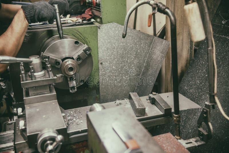 Оператор навыка работая с машиной токарного станка в винтажной сцене стоковое изображение rf